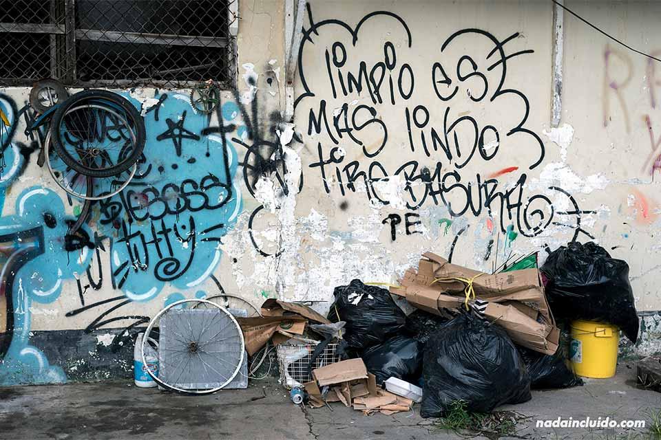 Basura en las calle de Bocas Town (Bocas del Toro, Panamá)
