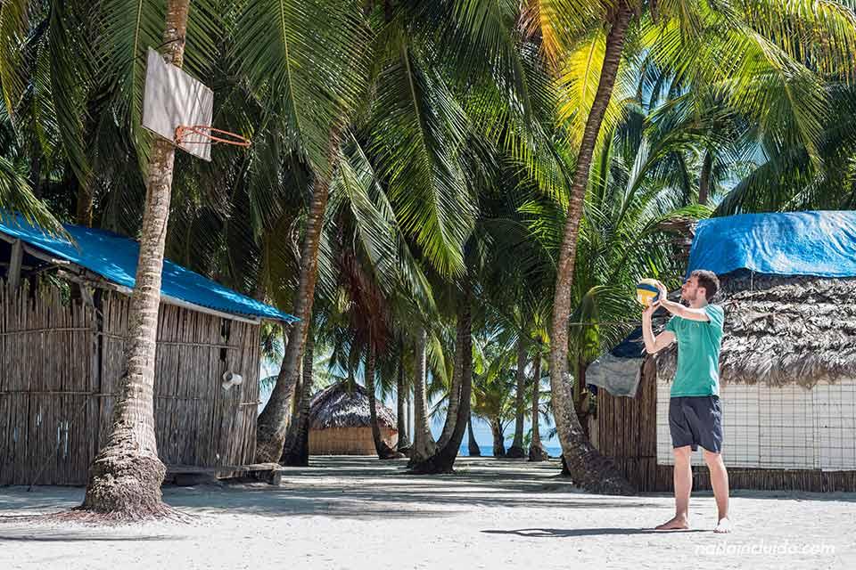 Jugando a baloncesto en la isla Perro Chico, en el archipiélago de San Blas (Panamá)