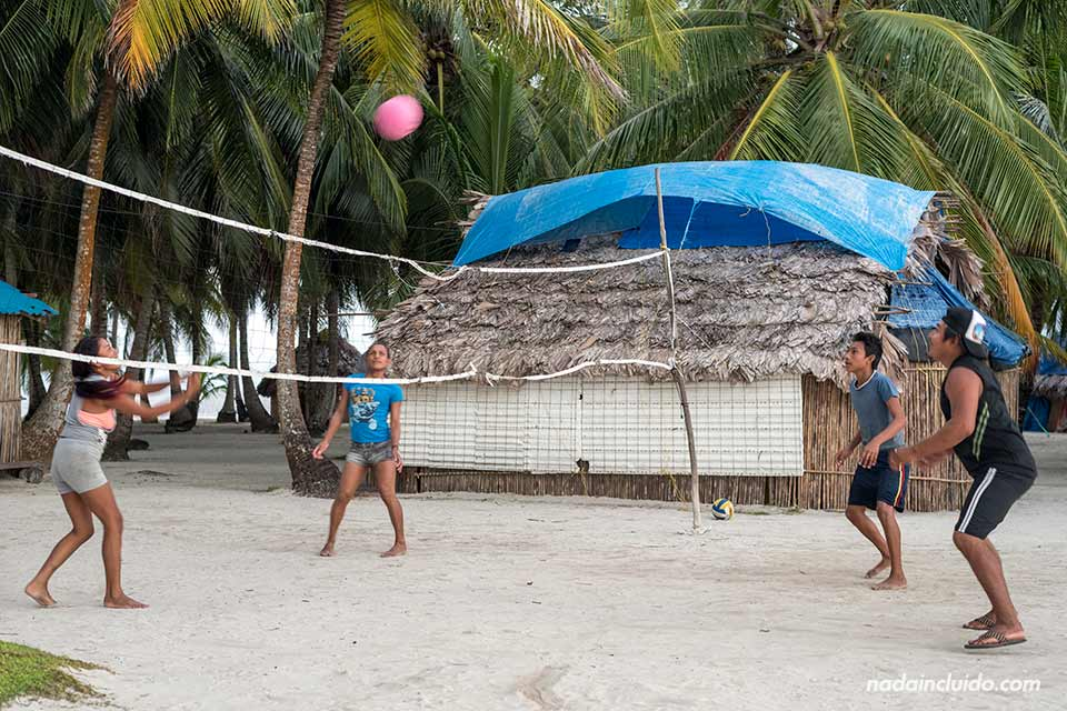 Guna Yala juegan a voleibol en la isla Perro Chico, en el archipiélago de San Blas (Panamá)