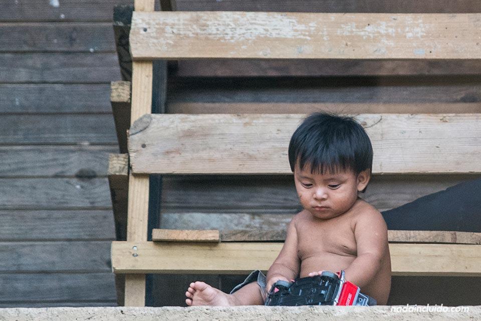 Niño panameño juega en la isla de Boca Brava, en el golfo de Chiriqui (Panamá)