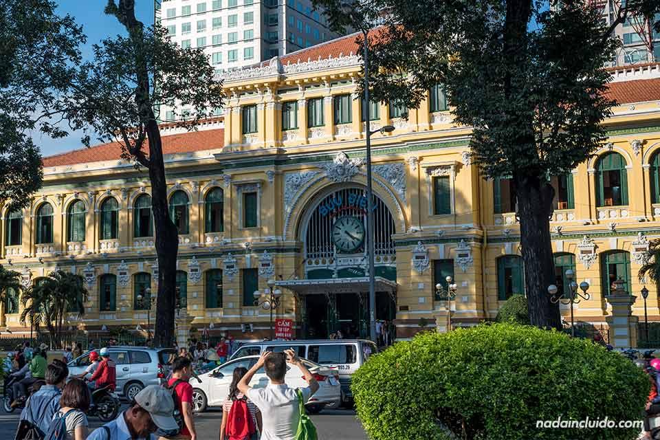 Fachada de la oficina central de correos de Ho Chi Minh (Vietnam)