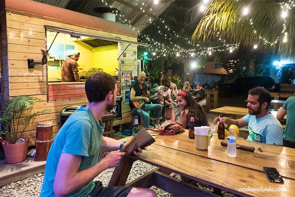 Participando en un show de música en directo en el restaurante Capitán Caribe (Bocas Town, Panamá)