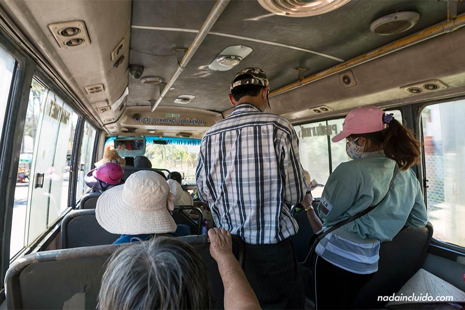 Interior de un autobús local en Mui Ne (Vietnam)