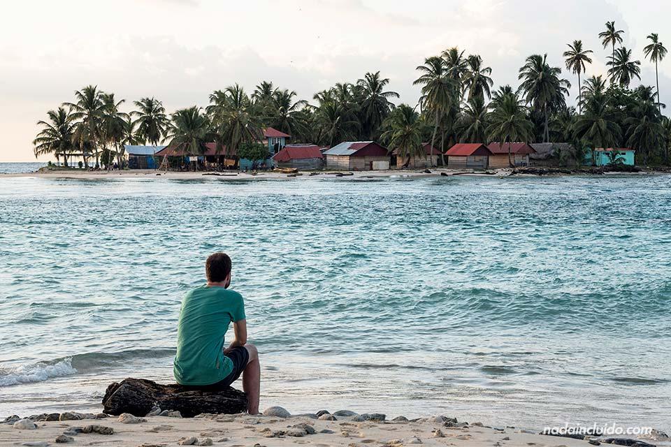 Sentado viendo el atardecer en la Isla Perro Chico, en el archipiélago de San Blas (Panamá)