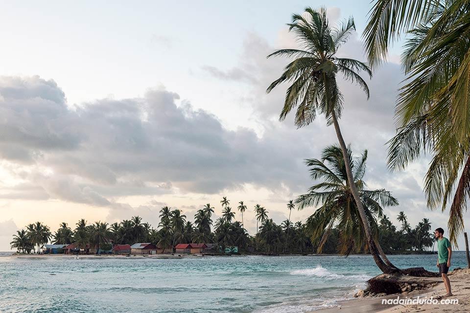 Viendo el atardecer en la Isla perro Chico, en San Blas (Panamá)