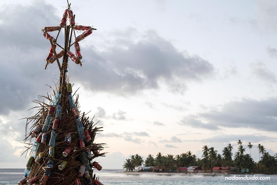 Árbol de Navidad en Isla Perro Chico, en el archipiélago de San Blas (Panamá)