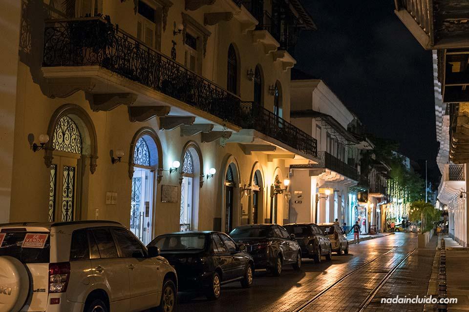 Calle del casco antiguo de ciudad de Panamá por la noche