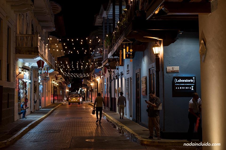 Calle iluminada por la noche en el casco antiguo de ciudad de Panamá