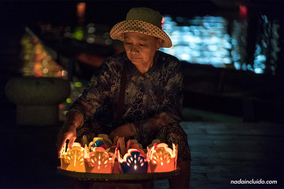 Vendedora de velas en Hoi An (Vietnam)