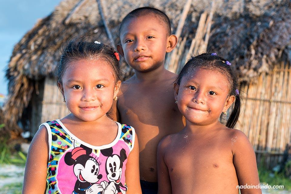 Niños Guna Yala en la Isla Perro Chico, en San Blas (Panamá)