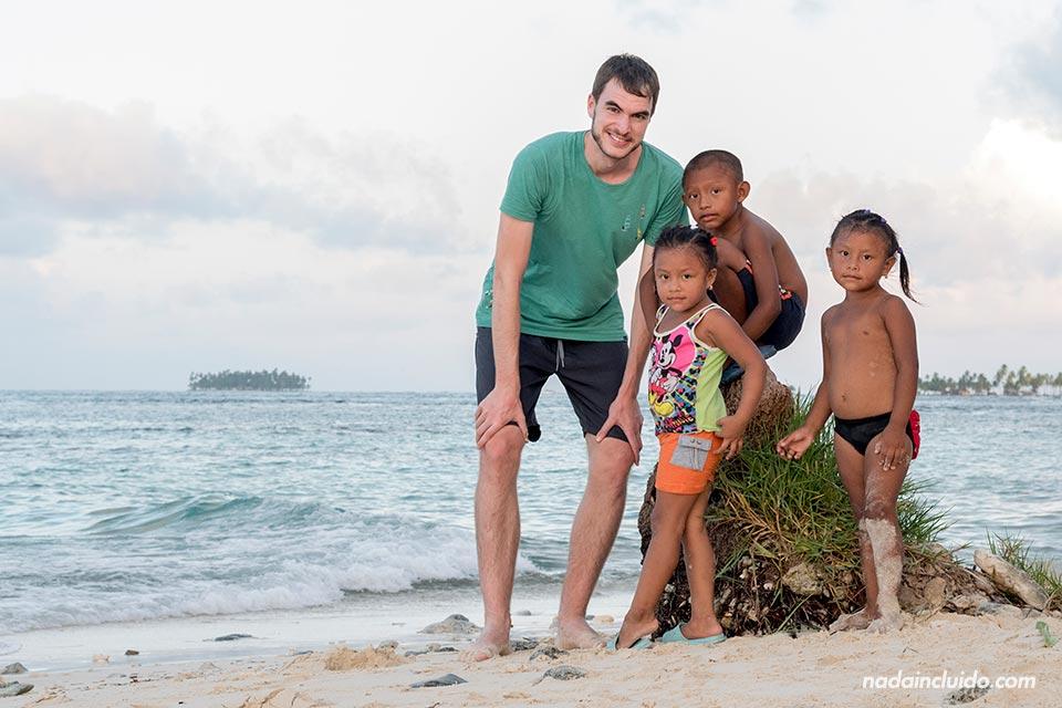 Con un grupo de niños Guna Yala en el archipiélago de San Blas (Panamá)