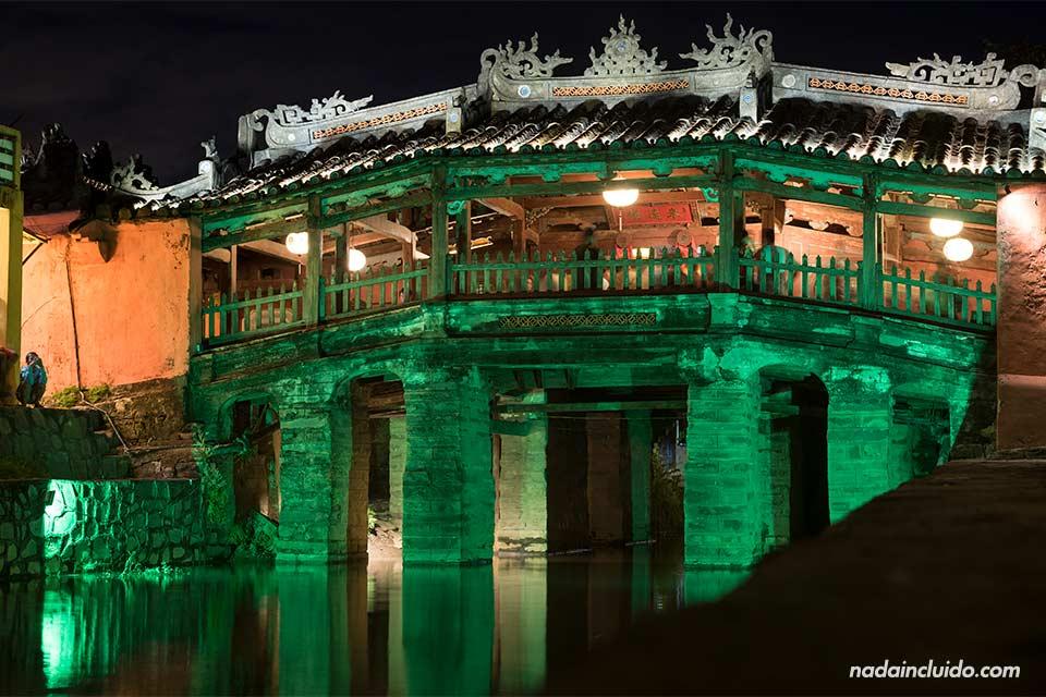 Iluminación nocturna del puente cubierto japonés de Hoi An (Vietnam)