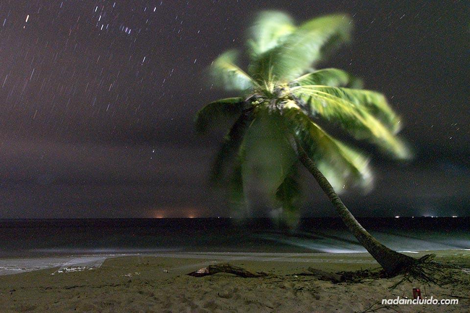 Foto nocturna en la Isla Perro Chico, archipiélago de San Blas (Panamá)