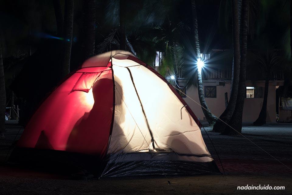 Durmiendo en una tienda de campaña en Isla Perro Chico, en el archipiélago de San Blas (Panamá)