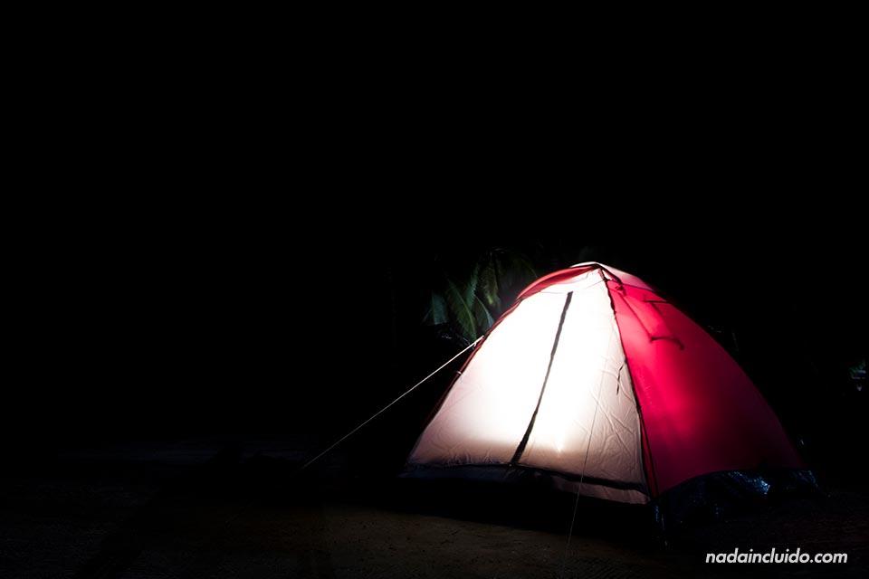 Durmiendo en tienda de campaña en Isla Perro Chico, en el archipiélago de San Blas (Panamá)