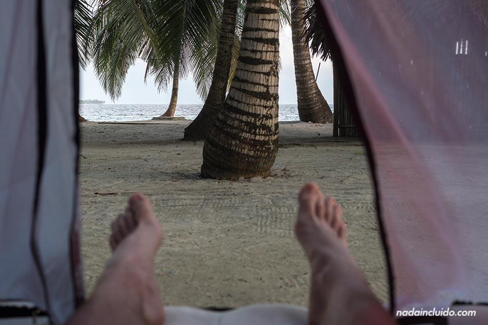 Durmiendo en el archipiélago de San Blas, en una tienda de campaña en Perro Chico (Panamá)