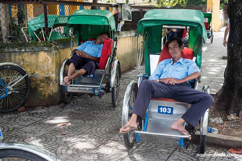 Dos conductores duermen en su tuc tuc en Hoi An (Vietnam)