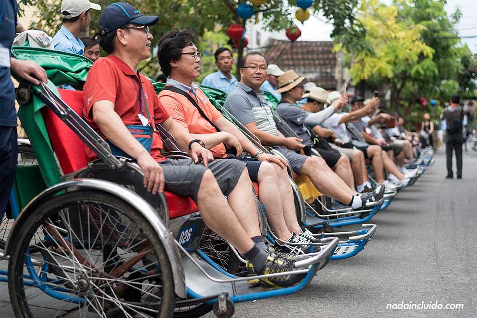 Turistas coreanos esperan en su tuc tuc en Hoi An (Vietnam)