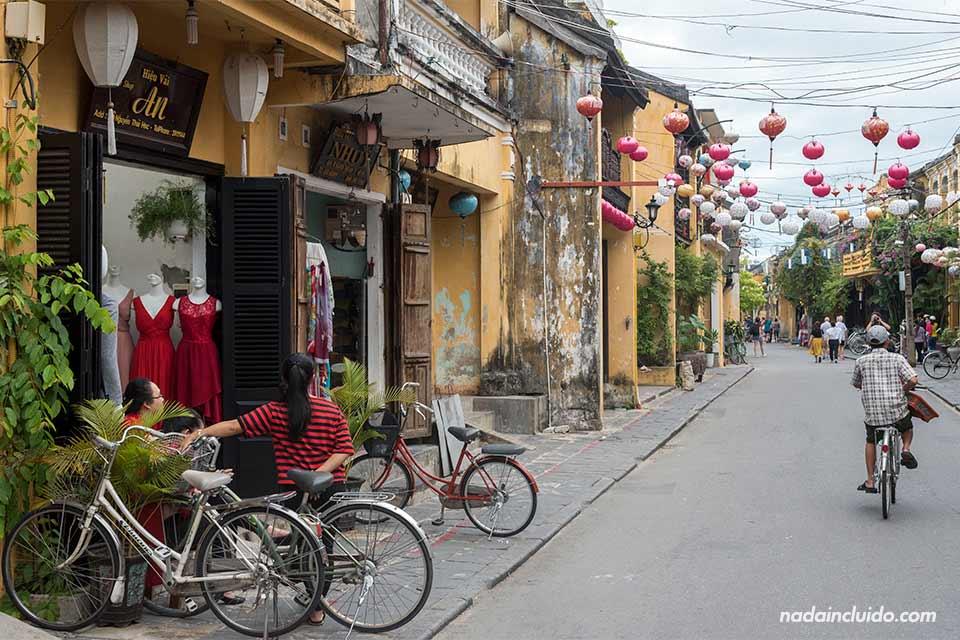 Paseando en bicicleta por las callejuelas de Hoi An (Vietnam)