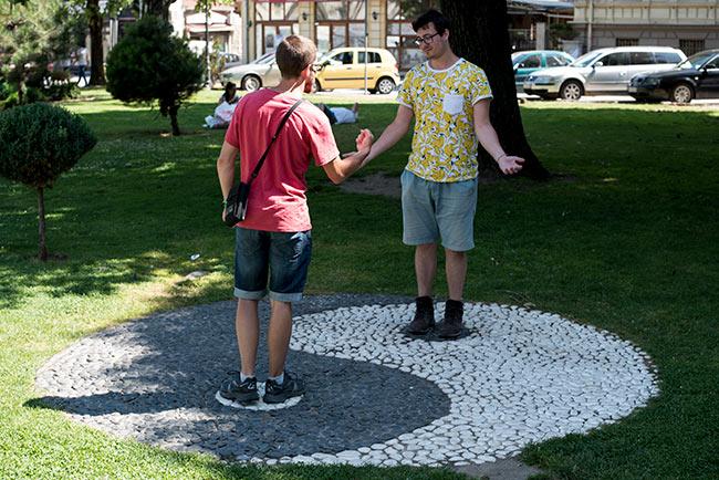 Símbolo del Yin Yang en el parque central de Bitola (Macedonia)