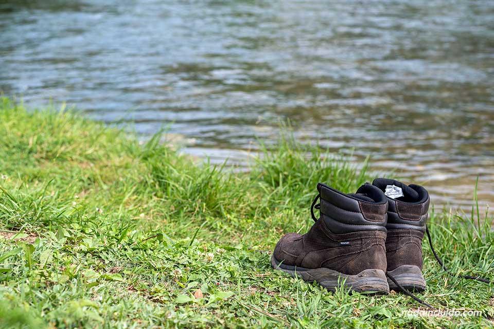 Botas junto al río Buna en su paso por Blagaj (Bosnia)