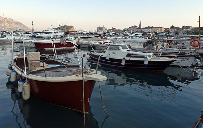 Barcos en el puerto de Budva (Montenegro)