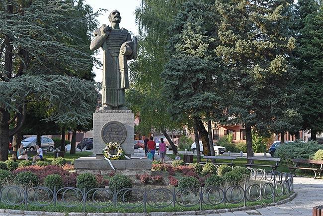Estatua Spomenik Ivana en Cetinje (Montenegro)