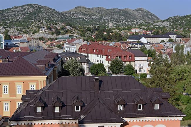 Vista del centro de Cetinje desde lo alto (Montenegro)