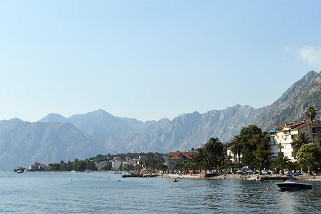 Costa de Kotor en la bahía (Montenegro)