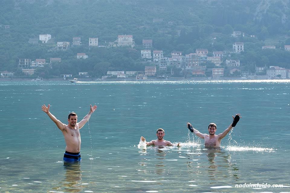 Bañándonos en la playa de Kotor (Montenegro)