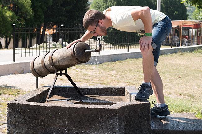 Bebiendo en un fuente junto al Makedonium en Krusevo (Macedonia)