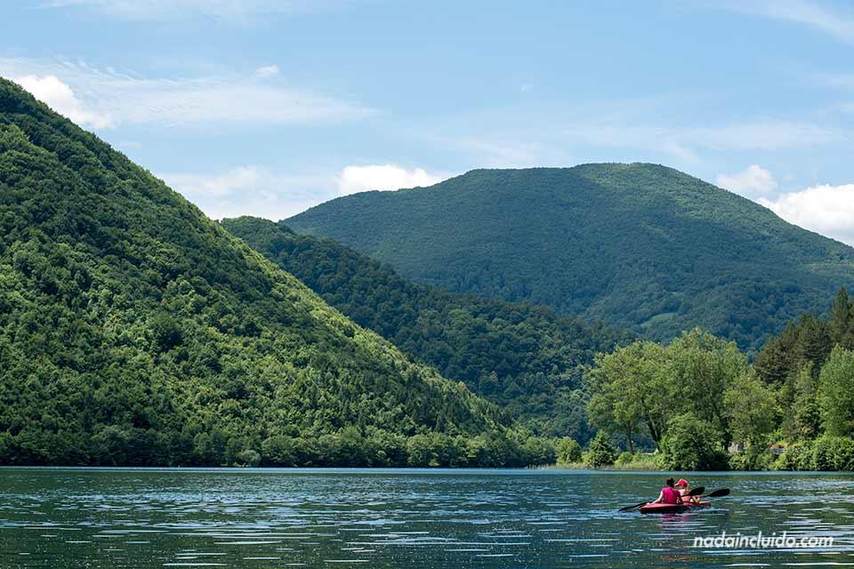 Canoa navegando en el Lago Pliva (Bosnia)