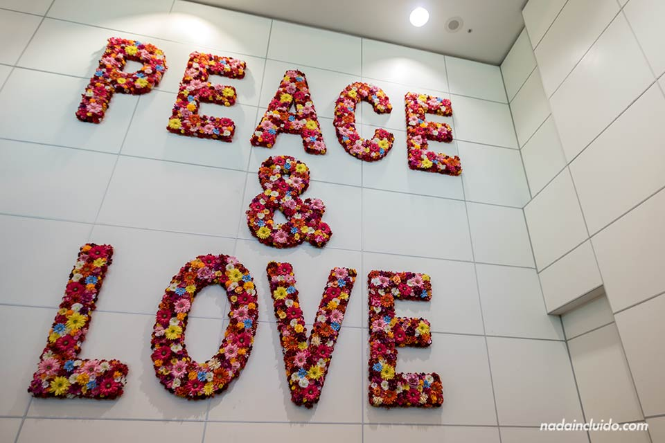 Cartel de Peace & Love en el aeropuerto de Miami (Estados Unidos)