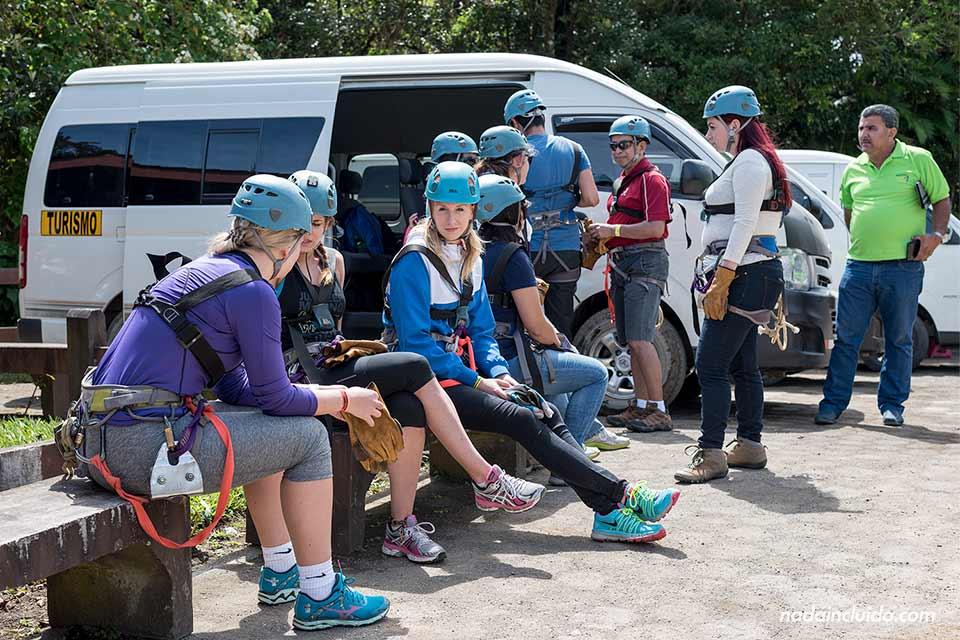Un grupo espera su turno para iniciar el Canopy Extremo en Monteverde (Costa Rica)