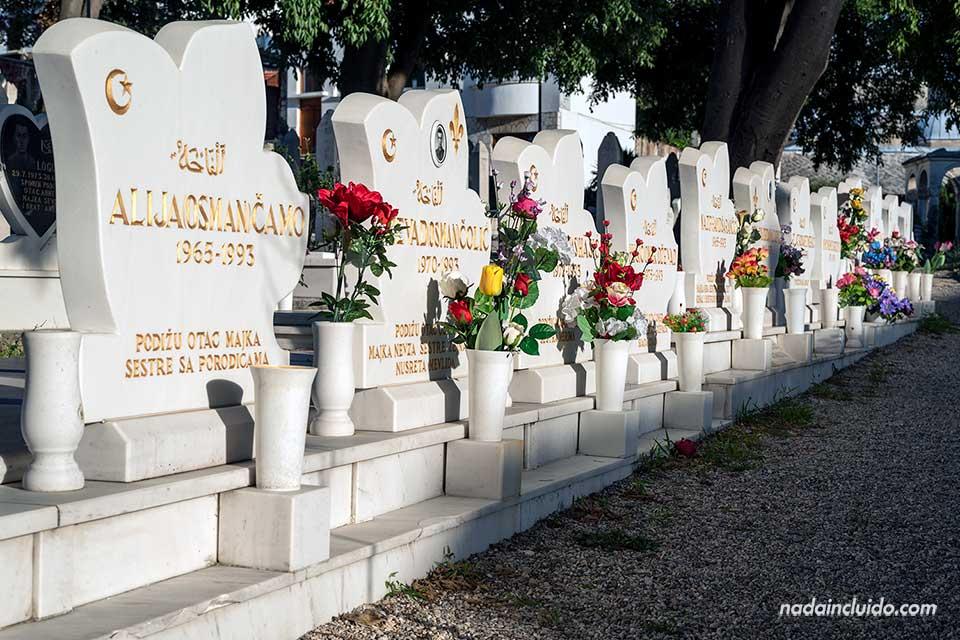 Hilera de tumbas en un cementerio de Mostar (Bosnia)