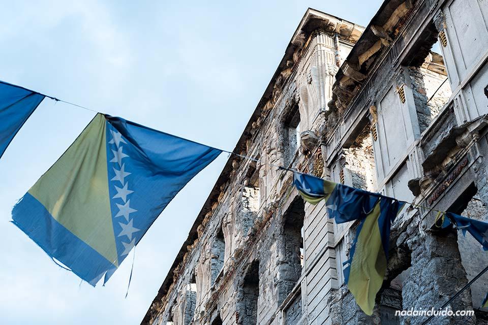La bandera de Bosnia cuelga de un edificio abandonado en Mostar