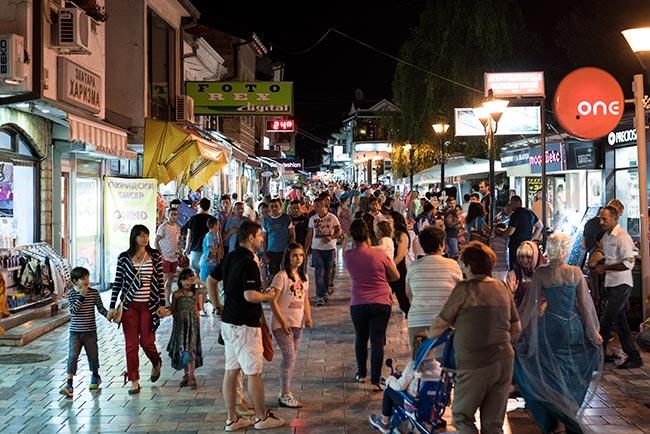 Calle principal de Ohrid de noche (Macedonia)