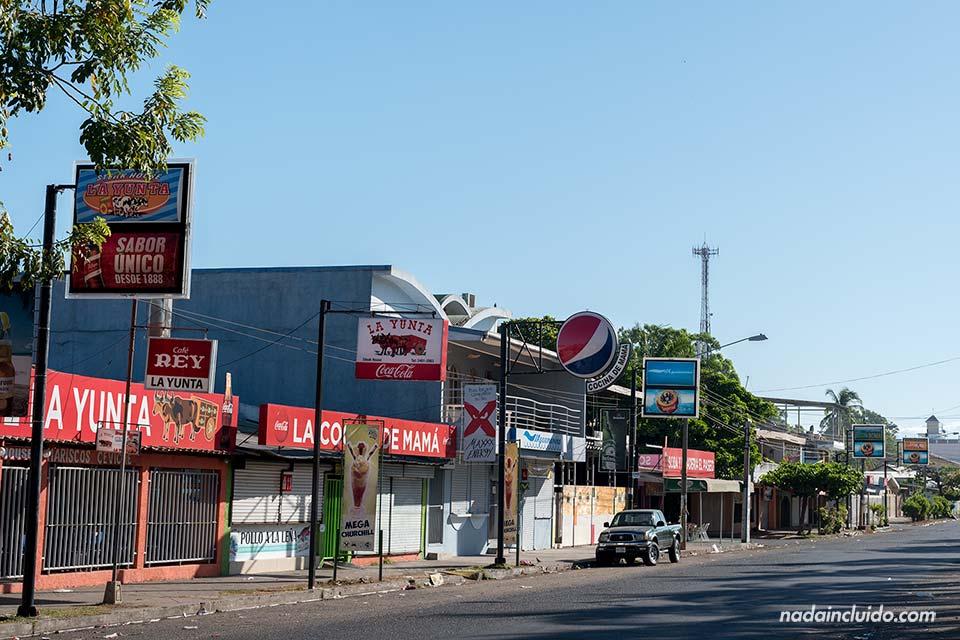 Calle principal de la ciudad costera de Puntarenas (Costa Rica)
