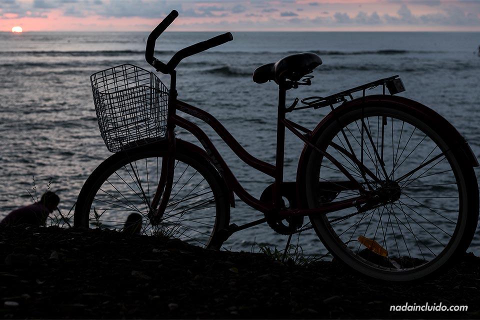Bicicleta junto al mar durante un atardecer en Quepos (Costa Rica)