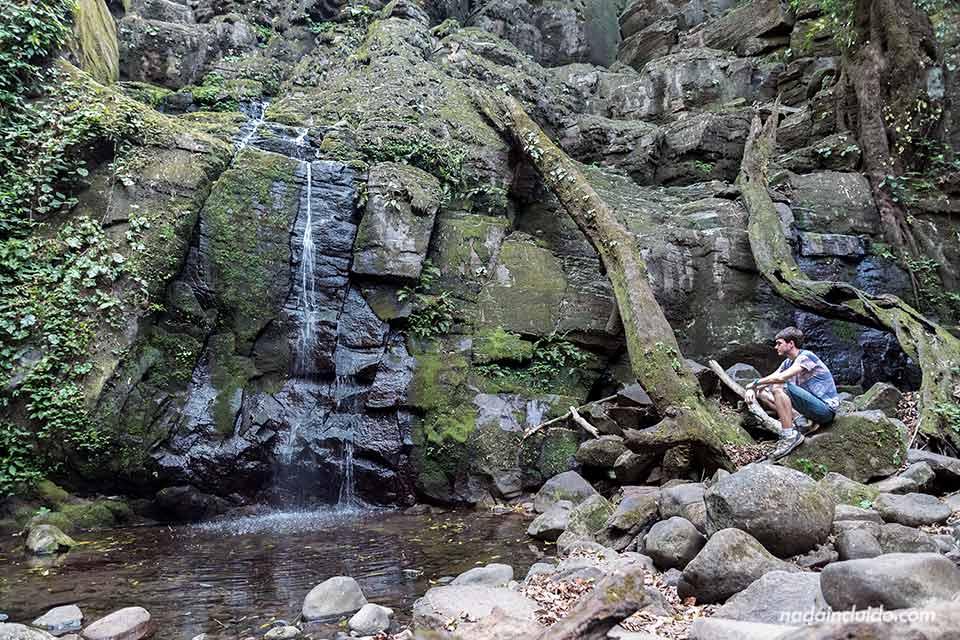 Junto a una cascada pequeña en el Parque Nacional Rincón de la Vieja (Costa Rica)
