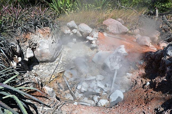 Cráter del volcancito en el Parque Nacional Rincón de la Vieja (Costa Rica)