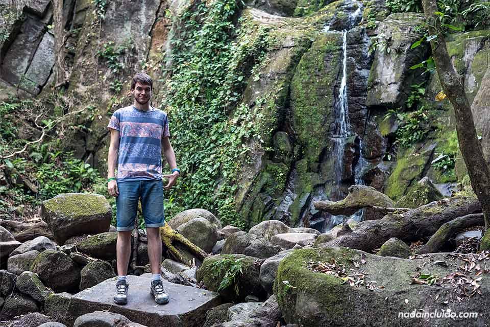 En la cascada pequeña en el Parque Nacional Rincón de la Vieja (Costa Rica)