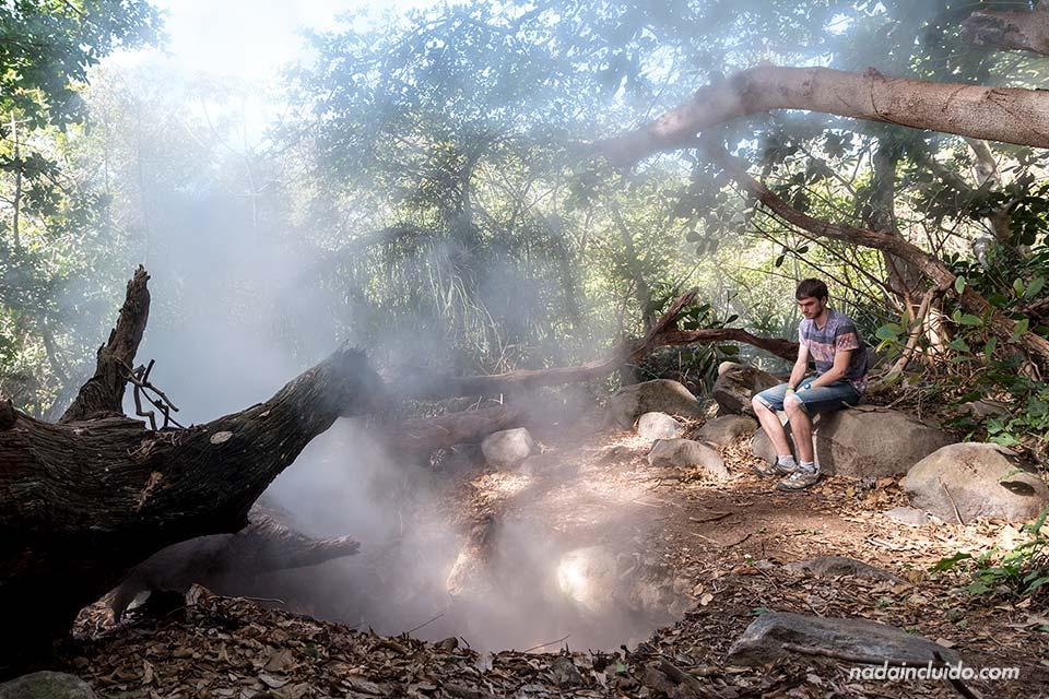 Junto a una fumarola en el Parque Nacional Rincón de la Vieja (Costa Rica)