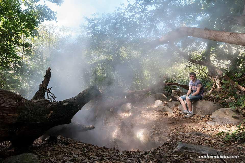Junto a uno fumarola en el Parque Nacional Rincón de la Vieja (Costa Rica)