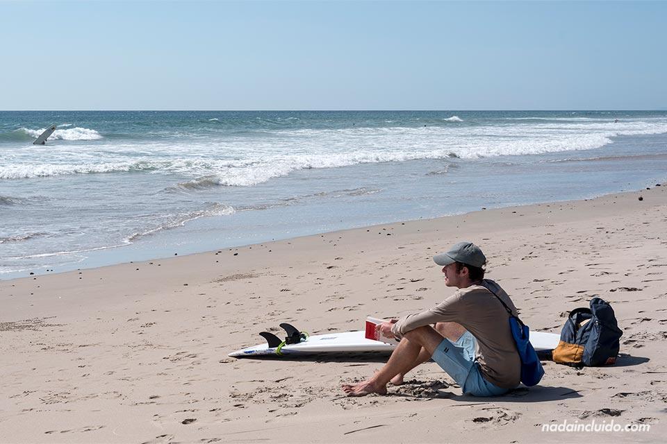 Surfero en la playa de Santa Teresa (Costa Rica)