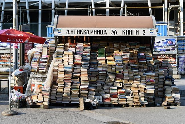 Puesto de libros en la calle de Skopje (Macedonia)