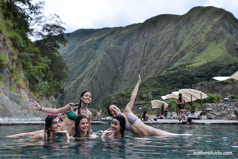 Unas viajeras se relajan en las termas de Santa Teresa, en el camino al Machu Picchu
