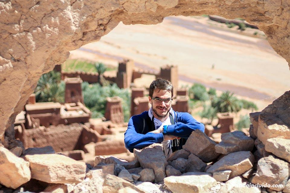 En un agujero en la muralla de Ait Ben Haddou (Marruecos)