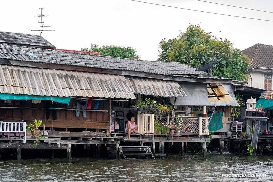 Casa humilde en los canales de Bangkok (Tailandia)