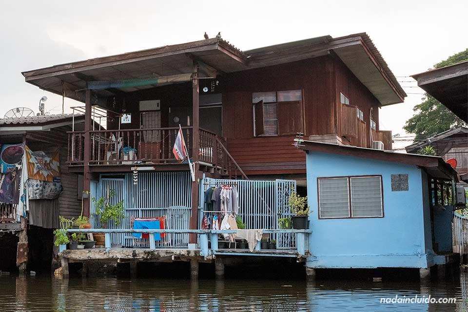 Casa en los canales de Bangkok (Tailandia)